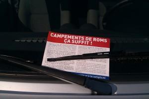 Sous les essuie-glace des voitures, des tracts  ont été déposés...